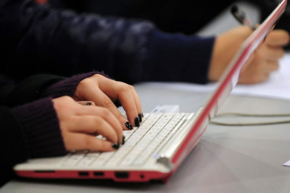 zena-kompjuter-afpgetty